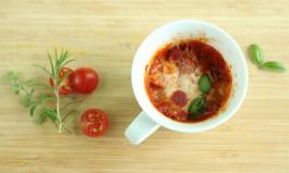 Tassenpizza mit Tomate und Salami