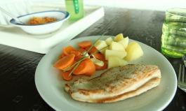 Babybrei und Familienmahlzeit in einem zubereiten mit dem Dampfgarer