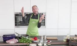 Marcel steht in der Chefkochküche