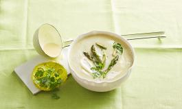 Suppe mit grünem Spargel