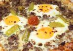 Pide mit Hackbraten und Ei