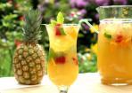 Fruchtige Limonade aus Ananassaft und Zitrusfrüchten