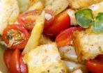 Bauernsalat mit Spargel, geröstetem Ciabatta und Kirschtomaten