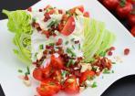 Wedges Salad aus Eisbergsalat, Tomaten und Bacon