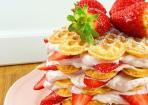 Erdbeer-Waffeltorte aus selbstgemachten Waffeln und Erdbeer-Creme