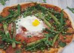 Frühlingspizza aus frischen Zutaten