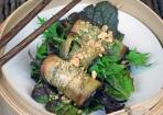 Auberginen-Röllchen mit Shiitake-Pilzen und Asiasalat