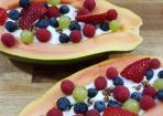 Papaya-Frühstücksboot mit Müsli, Joghurt und Früchten