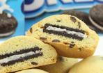 Oreo-Cookies: Kekse mit Schoko-Drops und Oreo-Füllung