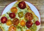 Tomatenpizza mit Knoblauchsoße und Mozzarella