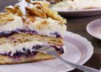 Flocken-Sahne-Torte mit Heidelbeeren