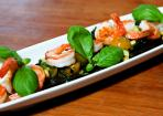 Salat von Gambas und schwarzen Nudeln