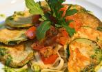 Zucchini-Piccata mit Nudeln und Pesto